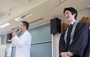 企画した学年委員の坂西雄太委員長(左)と講演した古川潤哉さん=小城市の桜岡小