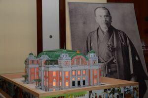 唐津工業高建築科の3年生が製作した大阪市中央公会堂の模型。右奥は公会堂を設計した唐津出身の建築家・辰野金吾=唐津市の旧唐津銀行