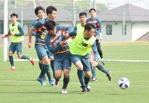 湘南戦に向けた練習で激しく競り合うMF高橋義(手前右)とMF石川=鳥栖市北部グラウンド