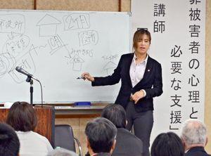 自身の犯罪被害を語り、支援への理解を呼び掛けた岡本真寿美さん=佐賀市の県警本部