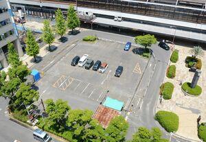 交通広場の工事が始まった佐賀駅南口広場西側。駐車場が利用できなくなり、注意を呼び掛けている=佐賀市駅前中央