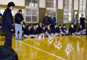 自作した尺取り虫型ロボットの速さを競った大会=有田工高