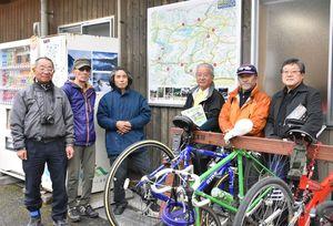 NPO法人みなくるSAGAの上野忠司理事長(右)ら=佐賀市富士町の道の駅「しゃくなげの里」