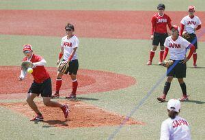 開幕戦に向けて公式練習する上野(左端)、藤田(右隣)らソフトボール日本代表=福島県営あづま球場