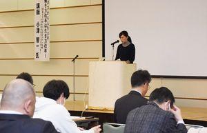 共同アピール文を発表した「佐賀『働き方改革』に向けた共同宣言4者研修会」=佐賀市立文化会館