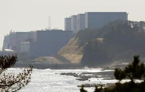 東京電力福島第2原発。地震の影響で3号機(手前から2基目)の使用済み核燃料プールの冷却設備が一時停止した=22日午前11時33分
