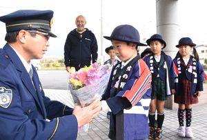 神埼署で勤労感謝の気持ちを込めた花束を手渡す三田川幼稚園の園児=神埼市の同署