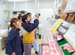 佐賀産和牛などを販売するJAさがの直営店を見学する佐賀大学の学生たち=佐賀市久保泉町のミート工房夢きら・ら
