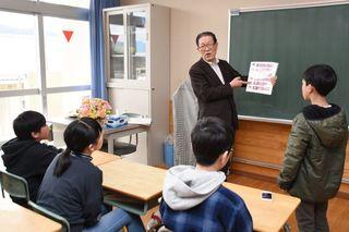 「歯の歴史」6年分、武雄小卒業生に贈呈 校医の増田さん