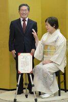 記念撮影で笑顔を見せる金婚さん夫婦=佐賀市文化会館