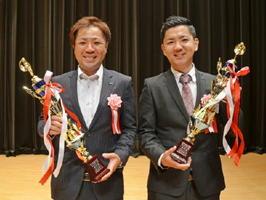 優秀賞に選ばれた河野佑介さん(右)と迎井亮さん=玄海町民会館