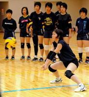 レシーブの手本を見せる日本体育大の選手=嬉野市塩田町の嬉野市社会文化会館リバティ