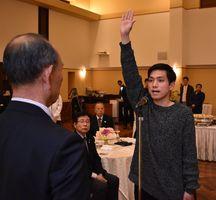 結団式で選手宣誓する伊万里市チームの岩永悠太主将=伊万里市のロイヤルチェスター伊万里