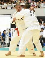 柔道男子個人100㌔超級2回戦 組み合う佐賀工の塙元輝(左)=福島県の郡山総合体育館