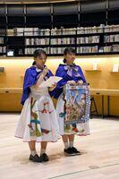 さが総文を紹介する武雄高校の永田真由さんと栗山斐奈世さん=武雄市図書館