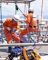 地下にいる要救助者を助ける訓練「引揚救助」で仲間と協力してロープを引っ張る隊員=佐賀市の県消防学校
