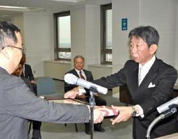 産業教育の功労者13人を表彰した伝達式=県庁