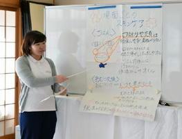 スキンケアのポイントを説明する学生=佐賀市の鍋島公民館