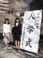 入学式の記念に記念撮影に納まる新入生と母親=鳥栖市村田町の九州龍谷短大