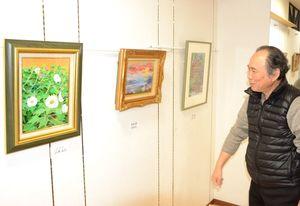 26日まで開かれる鹿島美術人協会の色紙展=鹿島市高津原のアンジェリック伊東