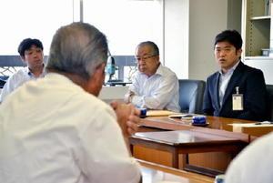 松井副町長辞任に関して、議員らに説明する武広勇平町長(右)=上峰町役場