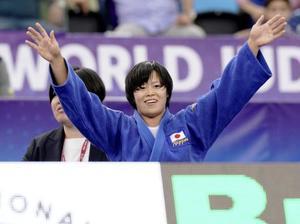 女子78キロ級で初優勝し、歓声に応える浜田尚里=バクー(共同)