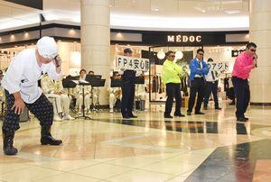 ニセ電話詐欺被害についての寸劇を披露する「FP4安心隊」のメンバー=佐賀市のゆめタウン佐賀