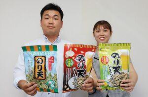 「のり天 ガーリック味」(中央)などをPRする森田良司さん(左)と差形優姫さん=佐賀市のサン海苔