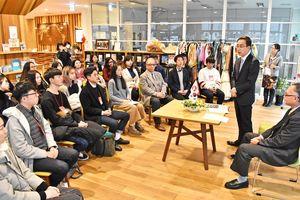 南里隆・県地域交流部長(右から2人目)を訪問した中国と韓国の大学生ら=佐賀市の国際交流プラザ