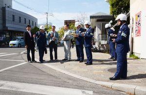 横断歩道など路面標示を確認する関係者ら=佐賀市