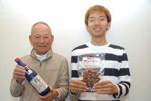 天吹酒造の木下武文会長(左)と石田勇以さん(左)=みやき町の天吹酒造