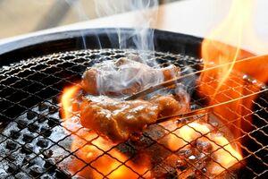 朝引きの「ありたどり」を席で焼いて楽しめる=佐賀市の大衆鶏焼酒場トリボシ
