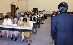 松田一也町長にきめ細やかな意見を述べる参加者=基山町民会館