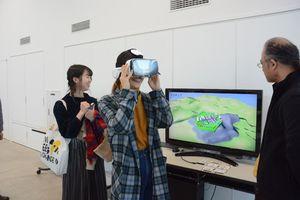 仮想現実の体験ブース。ゴーグルを付けて動くと仮想の城の中を探索できる=佐賀市の佐賀大学美術館