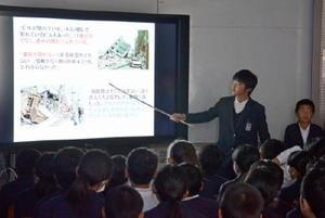 地震が起きた現場の状況などを説明する子どもたち=三根西小学校