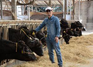 繁殖牛の分娩間隔短縮で成果を上げている井上匡実さん=唐津市肥前町