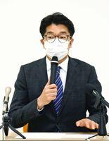記者会見で6日からの学校再開などを発表した小松政武雄市長=市役所