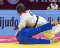 女子78キロ超級準々決勝 ドイツ選手(下)を攻める素根輝=タシケント(国際柔道連盟提供・共同)