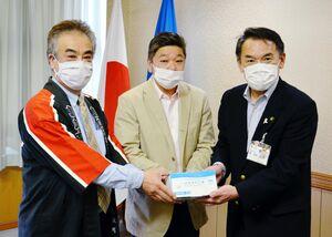 峰市長(右)にマスクを手渡す久保英俊さん(左)と野口進さん=唐津市役所