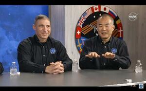 6日、記者会見する野口聡一さん(右)(NASAテレビから・共同)