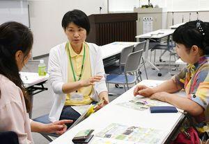 各団体の取り組みについて、質問や意見交換をする参加者たち=佐賀市の佐賀商工ビル