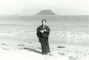 西の浜でたたずむ画家の森通さん。1980年代に撮影されたとみられる(唐津市近代図書館提供)