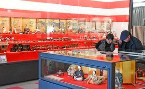 鍋島家に伝わる大小さまざまな色鮮やかなひな人形が並ぶ徴古館=佐賀市
