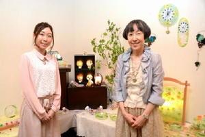 石田由美子さん(右)と娘の知世さん=佐賀市本庄町の高伝寺前村岡屋ギャラリー