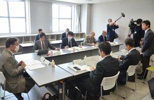 油流出防止に向け、報告書案を議論した佐賀県油等流出防止対策研究会=佐賀市のアバンセ