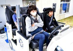 模擬衝撃体験車に乗り込む親子=吉野ケ里歴史公園駐車場