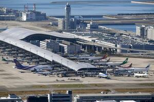 滑走路付近でドローンのようなものが目撃され、航空機の離着陸が一時停止された関西空港=9日午前10時55分(共同通信社ヘリから)