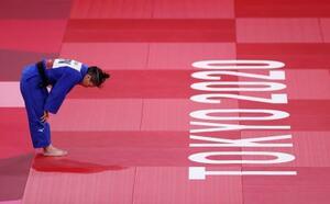 女子48キロ級決勝でコソボ選手に敗れ、一礼して畳を降りる渡名喜風南=日本武道館