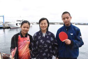 """""""卓球の島""""に留学した中学生の德森鴻明さん、真凰さん。一緒に移住した祖母の千代子さん(中央)=唐津市鎮西町の馬渡島"""