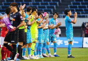 鳥栖-広島 試合前、東京五輪代表として場内に紹介される鳥栖FW林大地(右)。奥はMF中野嘉大=3日、広島市のエディオンスタジアム広島